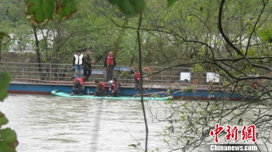 广西全州暴雨致河水暴涨 8人被困河中央(图)