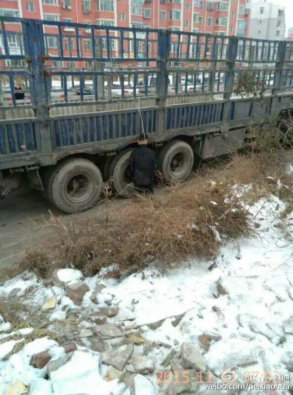 男子跪着吊死于路边货车死状蹊跷 警方:仍在调查