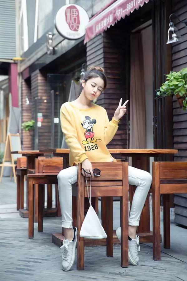萝莉呦交吧_米奇卫衣搭配小脚白色牛仔裤,简单可爱的萝莉搭配哟 暖暖哒.