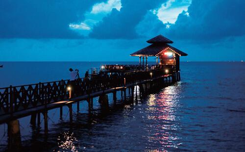 旅游 正文  巴厘岛特点::巴厘岛比较大,相当于国内一个省的大小,开发
