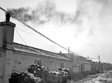 长春周边村民烧工业废料取暖 冒黑烟气味刺鼻