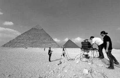 11月10日,科研职员对胡夫金字塔停止3D成像测绘