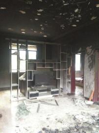 客厅起火一家被困 邻居冲进火场救出3岁小孩