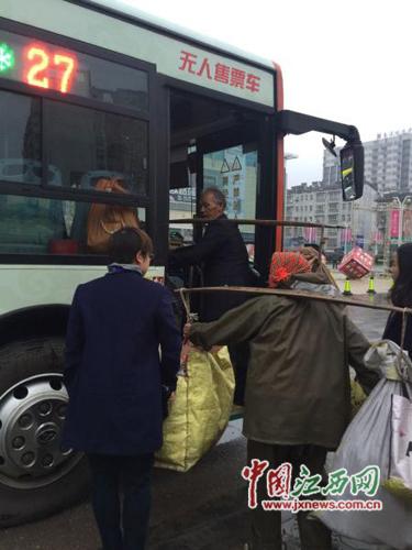 网曝南昌公交司机拒让扛扁担老人上车(图)