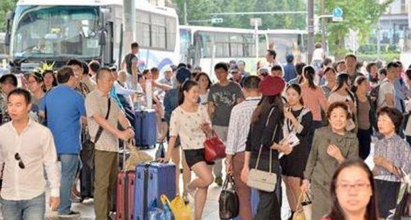 10月4日国家国庆黄金周,国家旅客在东京银座八丁目左近购物。(图像来历:《日本产经期货配资 》)