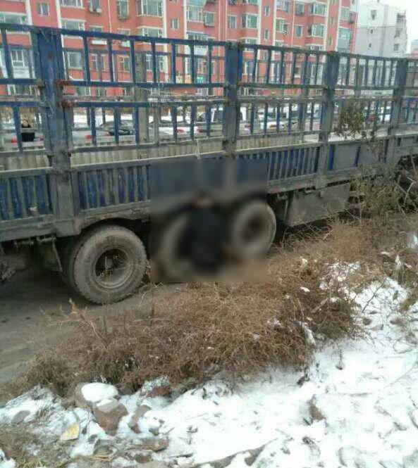 男子跪在货车边吊死 吉林警方回应:系自杀