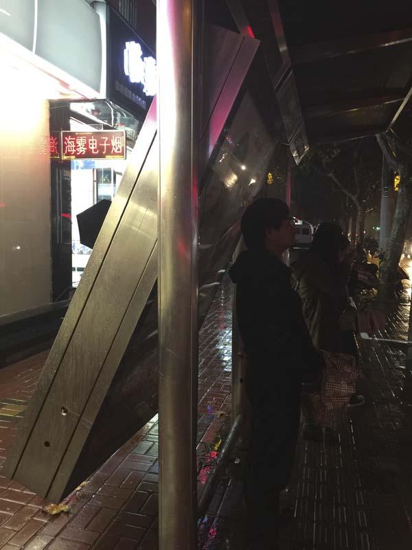 女子驾车被追尾冲上公交站台 撞倒2人被广告牌卡住
