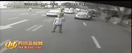 四川开宝马男子当街逼停公交车 持刀砸车窗(图)