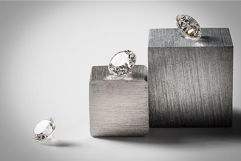 """并不是眼睛被钻石闪花了看错了价格,这些标有""""100%纯净""""的钻石首饰,都是人工制成的。"""