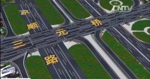 """三元桥位于三环路,紧邻机场,与北三环与京顺道交汇,堪称北京紧张交通关键。这座始建于1984年,原描绘为3上3下6车道。跟着交通流量大幅增加,2003年调剂为5上5下10车道放行。长时间超负荷""""事情"""",再加之风吹日晒雨淋,主梁及桥面板破坏重大,承载力明明降落。2014年桥梁体检""""不合格""""。同年10月交通部分曾经对该桥梁停止了中墩支护。"""