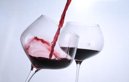 公司用自产红酒抵员工工资 老板:为逼他们辞职