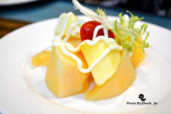 套餐内搭配有水果沙拉一份.这样一份套餐够2-3人食用.图片