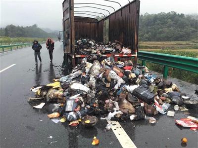 12日凌晨,昌铜快速路,江东北昌百世汇通快递发往修水的运送车起火,上千份快递被废弃。图由现场民警供给