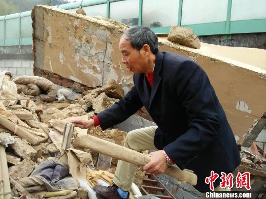 事故现场,有村民在找被埋的家谱 胡丰盛 摄