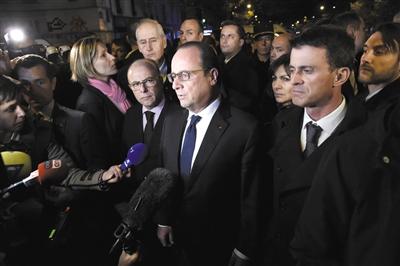 14日,法国巴黎,法国总统奥朗德造访遭袭地点,并对媒体发表讲话。