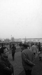西安80后农民出资百万 垃圾场上建人工足球场