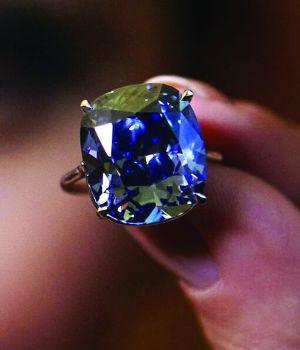 刘銮雄豪掷4.8亿拍下16克拉粉钻和12.03克拉蓝钻送给爱女