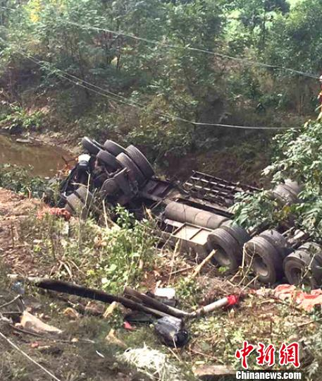 事故现场侧翻躺在沟里的货车。 肖爽 摄