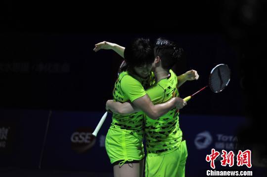 11月15日,2015中国羽毛球公开赛女双决赛上,唐渊渟/于洋获胜后拥抱庆祝。 吕明 摄