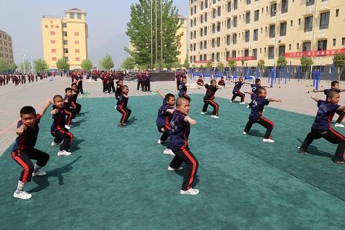 少林寺武术学院(少林寺武僧团)的学员们在训练场上认真练功的样子.图片