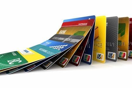 致电信用卡发卡行,申请免除信用卡年费。建议拨打信用卡背面提供的客服电话,并详细咨询客服代表。如果发卡行表示不能免除年费,那么你可表露出停用该信用卡的意思。