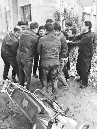 贾某某骑摩托回村即被擒获