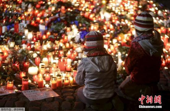 资料图:捷克布拉格,两位小朋友在烛光前祈祷,为巴黎遇难者默哀。