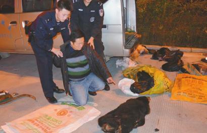 广甘高速收费站口,犯罪嫌疑人指认赃物。