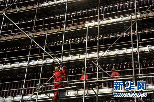 位于天津的博迈科陆地工程有限公司亚马尔液化自然气名目模块制作现场。图为工人在模块上功课。