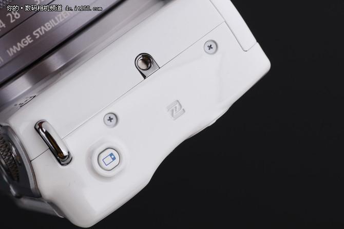该机支持WIFI和NFC功能,并简化了与智能手机的连接操作,实现快速分享操作。
