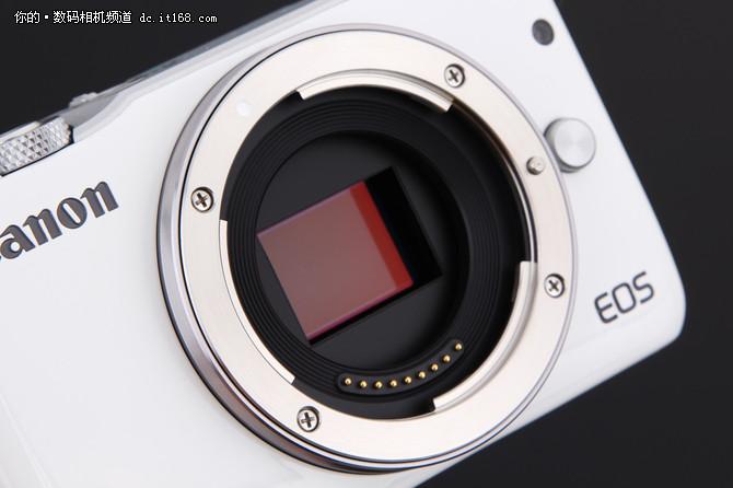 EOS M10搭载佳能最新的DIGIC 6数字影像处理器,以更高速的数据处理能力,让影像的细节表现力再次得到提升,可以在ISO 100-12800标准感光度下,实现高画质、低噪点的拍摄,令拍摄者轻松应对夜景、室内暗光或高速摄影等拍摄题材。