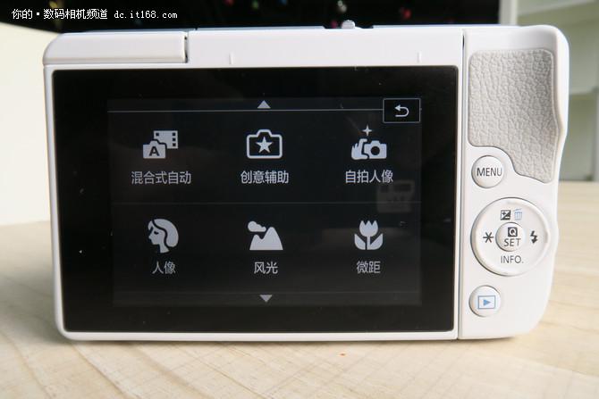 """EOS M10自拍人像功能也是其特点之一,在选择自拍人像模式后,有三个针对自拍的功能可以选择,分别是""""亮度""""、""""背景(虚化程度)""""、""""平滑肌肤"""",并且都有不同的档位可以选择。"""