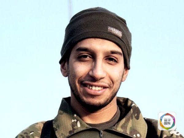 了解法国巴黎系列恐袭案调查进展的消息人士说,一名眼下身处叙利亚的摩洛哥裔比利时男子被怀疑是这些袭击的幕后主使。   路透社16日援引这名消息人士的话报道,这名男子名叫阿卜杜勒-哈米德阿巴乌德,据信是极端组织伊斯兰国内部最活跃的袭击策划者之一。   他似乎就是欧洲数起(恐怖)袭击的策划者,这一匿名消息源说。   卢森堡广播电台和美国有线电视新闻网同一天披露出有关阿巴乌德的更多信息。这两家媒体报道,阿巴乌德现年27岁,来自比利时首都布鲁塞尔郊区莫伦贝克。那里正是多名参与巴黎系列恐袭事件的恐怖分子