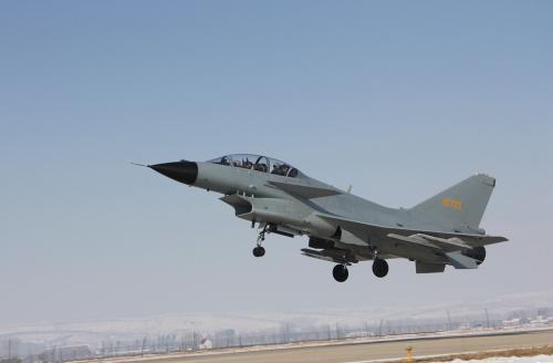 战机俯首腾飞,李通重返蓝天。 @国家空军网 图