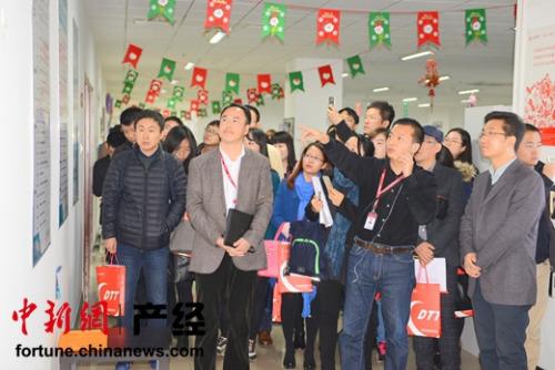 大唐电信杨勇向媒体团成员做项目介绍