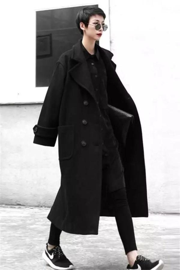 宽松版型的黑色大衣内搭灯芯绒懒人衬衫再加上一条 ...