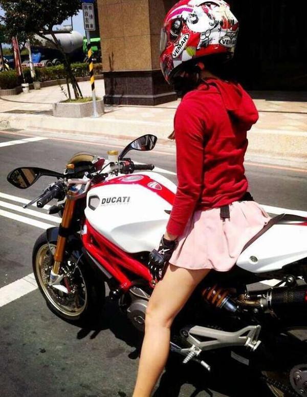 骑美女做爱_街拍摩托车美女摘下头盔后,没想到她竟然长这么漂