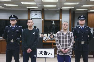 今天,刘武(格子外衣)和杜开威(黑外衣)辨别被判处极刑和有期徒刑16年。法院供图