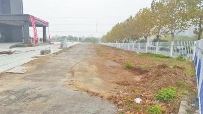 本应归于市政绿洲被地产商损毁后圈进自家院子