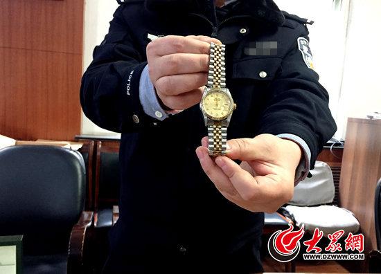 被捕前一天,怀疑人张某从受益人家中偷盗的一块劳力士腕表,代价7万余元。