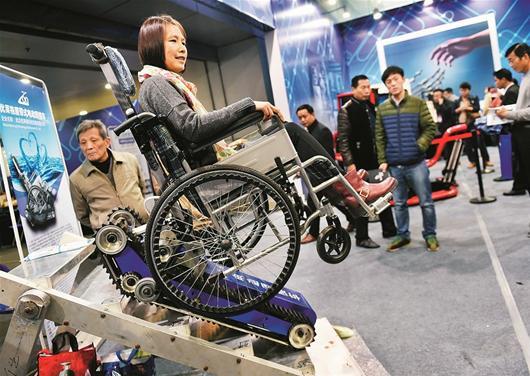 """无人驾驶汽车,能爬楼梯的轮椅等400余个高科技创新""""尖板眼""""亮相,也令图片"""