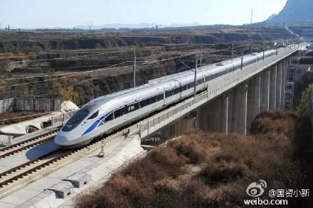 """中新网11月18日电据国务院国资委新闻中心微博""""国资小新""""消息,中国标准动车组通过高速试验""""大考"""",在大西客运专线跑出385km/h试验速度。"""
