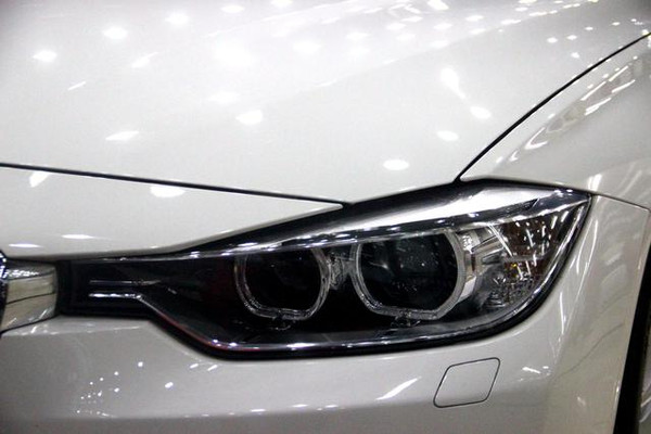 氙气车灯是全新宝马3系li的标配,大灯将远近光灯集为一体.