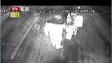 湖北荆州:男子骑摩托车逼停公交车 疑似碰瓷 - 搜狐视频
