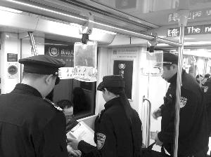 南京男子地铁因吃东西被罚 邻座边吃边看