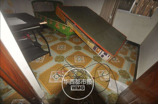 屋内摆放了一张被人翻转过的床垫