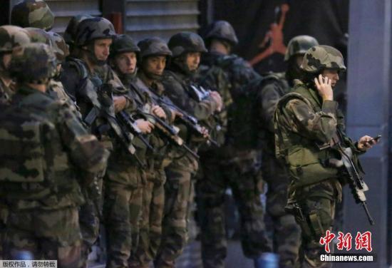法国士兵在围剿巴黎恐袭案嫌犯现场支援.