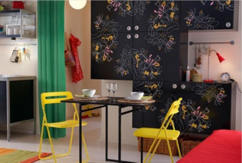 颜色在这里张扬,没有害羞,更没有吝惜。红色、黄色、绿色、黑色在这里碰撞,还有花色的墙壁,简单的两人用餐桌餐椅显得温馨而浪漫,和厨房在一起便捷而美观。