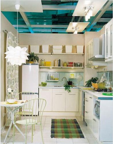 厨房中的灵活性应该兼具美观和实用,各种工具的收放位置应该加以分类整理,视觉上才能赏心悦目。墙面层架使面积狭小的厨房最为有效地利用空间的配置,用好它,无论是展示还是存放物品都能获得较为理想的效果。