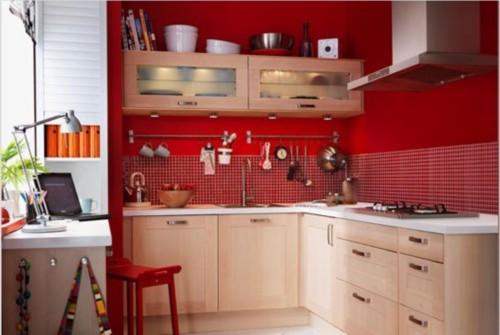 小户型的厨房也是如此精彩,将颜色涂成靓丽的中国红,张扬着美丽。靠窗的旁边有一个小小的吧台,它既是你的餐桌也是你的工作台。在这里,可是一室三用了。